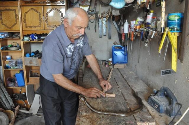 Bartın'da emekli madenci baston yapıyor