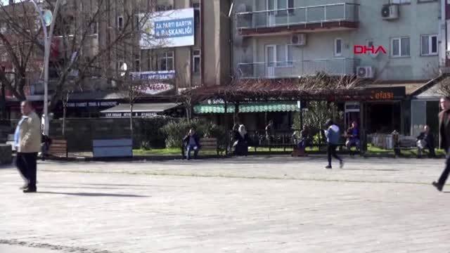 Bartın'da banklar sökülürken, onlar oturmaya devam etti