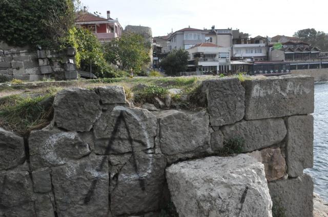 Tarihi Amasra Kalesi Vandalların Saldırısına Uğradı