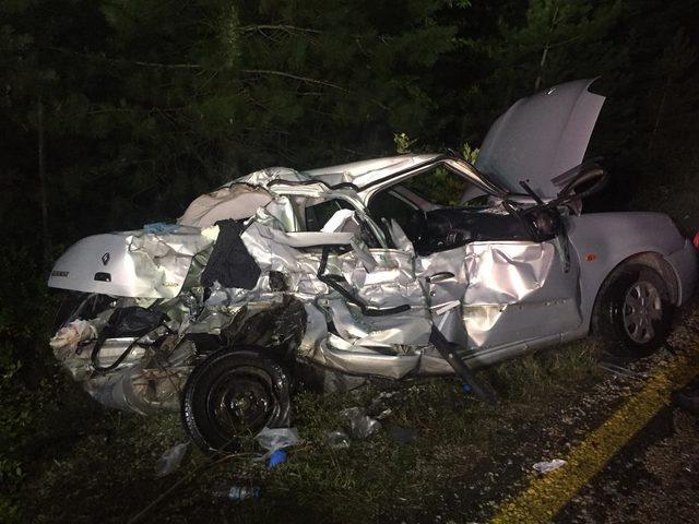 Tomruk yüklü kamyonla otomobil çarpıştı: 2 Ölü, 2 Yaralı
