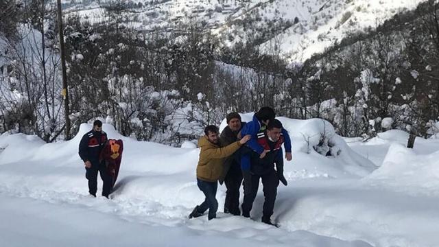 Bartın'da sobadan zehirlenen aileyi jandarma ekipleri sırtında taşıdı