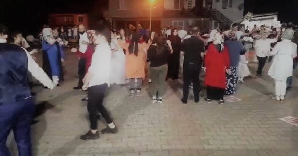 Köy Düğününde Sosyal Mesafe Unutuldu