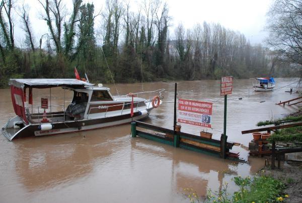 Bartın Irmağı taşma noktasına geldi, köprü kapatıldı