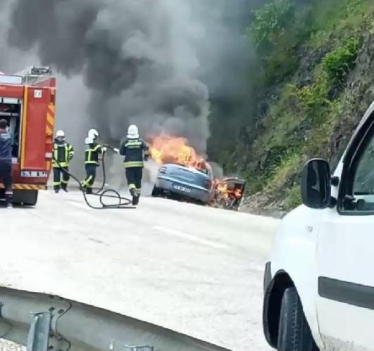 Amasra yolunda otomobil, alev alev yandı