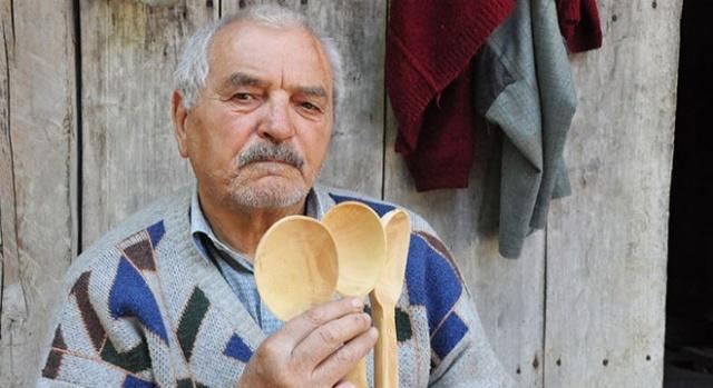 Emekli olup köyüne yerleşti, kaşık yapıyor