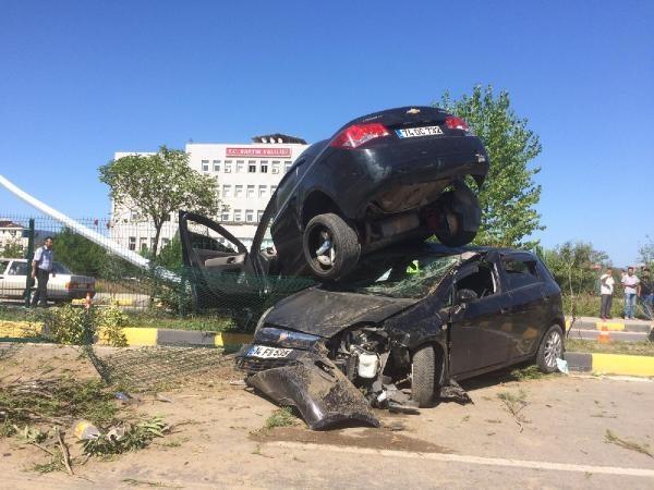 Bartın'da Otomobil, çarptığı otomobilin üzerinde kaldı: 10 yaralı