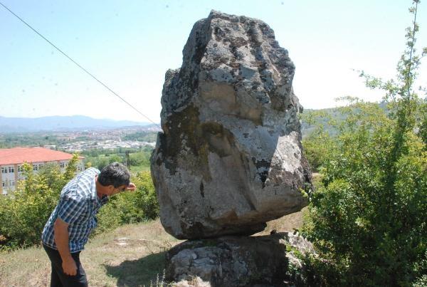 Bartın'da dik duran 4 tonluk kaya şaşırtıyor