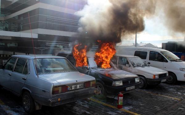 Hastane bahçesindeki otomobil alev alev yandı