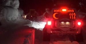 Bartın'da kar nedeniyle yolu kapalı köydeki hasta, paletli ambulansla hastaneye ulaştırıldı