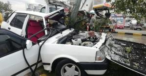 Bartın'da kontrolden çıkan araç direğe çarptı