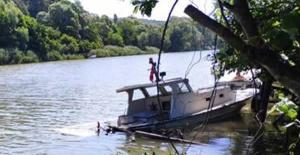 Bartın Irmağına uçan otomobil tekneye çarptı