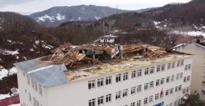 Bartın'da fırtına okulun çatısını uçurdu