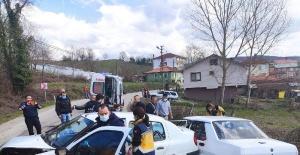 Bartın'da 2 otomobil kafa kafaya çarpıştı: 4 yaralı