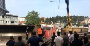 Bartın'da Hurda demir yüklü TIR devrildi: 1 yaralı