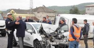 Bartın'da Otomobille Minibüs Çarpıştı: 8 Yaralı