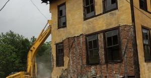 Bartın'da Tehlike Arzeden Bina Yıkıldı