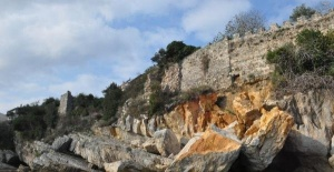 Kalenin altındaki kayalıklar çöktü