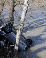 Otomobil Irmağa Uçtu