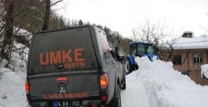 Bartın'da karda kaplı yol açıldı, vatandaş hastaneye kaldırıldı