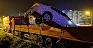 Bartın'da Fren yerine gaza basan otomobilin sürücüsü, TIR dorsesine uçtu