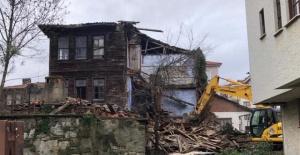 Bartın'da 3 katlı ahşap bina yıkıldı