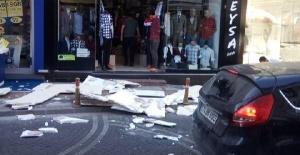 Bartın'da Binanın dış cephe kaplaması başlarına düşen anne-kız yaralandı