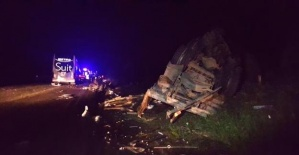 Bartın Otobüsü emniyet şeridindeki kamyona çarptı: 12 yaralı