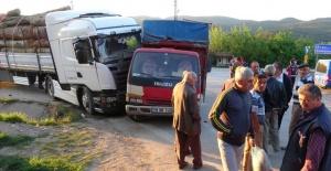 Tomruk yüklü TIR, tarım işçilerini taşıyan kamyonete çarptı