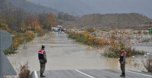 Bartın'da sel suları 2 beldeye ulaşımı kapattı