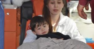 2 yaşındaki çocuk yaralı annesi için ağladı