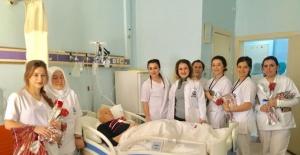 Bartın'da Üniversite Öğrencilerinden Yaşlılara Sürpriz Ziyaret