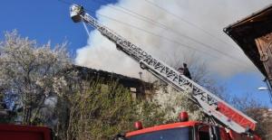 Bartın'da 2 Katlı Ahşap Bina Yangında Kül Oldu