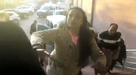 Bartın'da cinayet zanlısının yakınları gazetecilere saldırdı