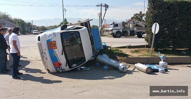 Kamyonet İle Minibüs Çarpıştı: 1 Yaralı