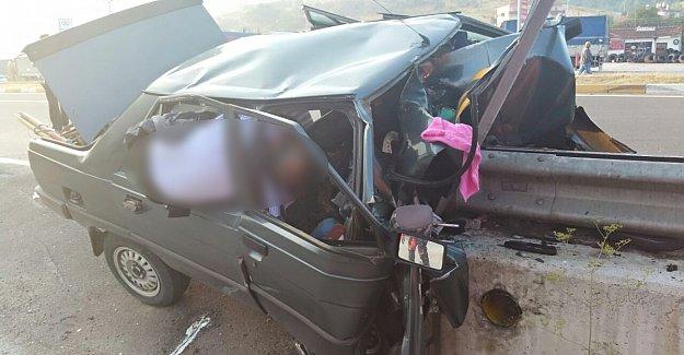 Otomobil Bariyere Saplandı: 2 Ölü