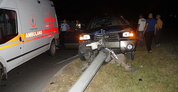 Otomobil Elektrik Direğini Devirdi: 4 Yaralı