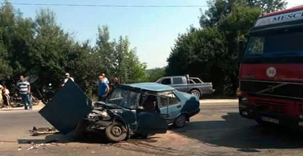 TIR Otomobili Biçti: 2 Yaralı