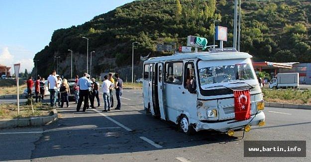 İşçi Servisi Otomobile Çarptı: 10 Yaralı