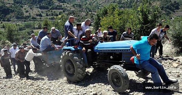 Lisesinin Cenazesi Traktör Römorkunda Taşındı