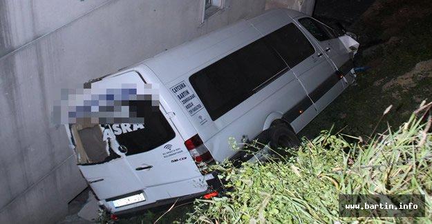 Yolcu Minibüsü 5 Metre Yükseklikten Uçtu: 2 Yaralı