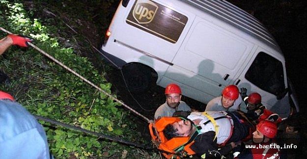 Kargo Minibüsü Dereye Uçtu: 1 Yaralı