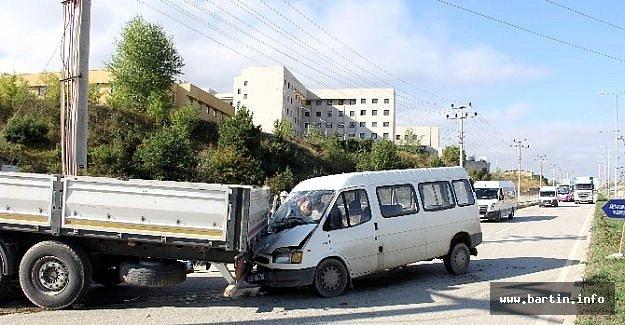 Tır İle Minibüs Çarpıştı: 1 Yaralı