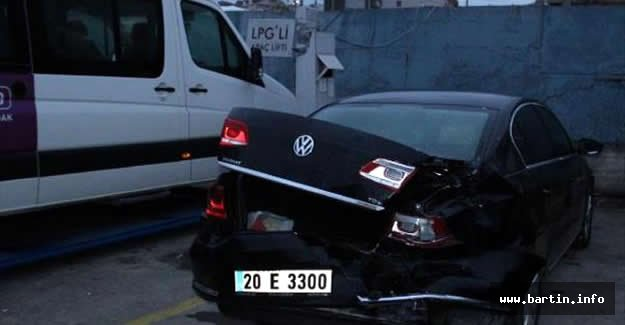 Çaldığı Minibüsle Savcının Otomobiline Çarptı