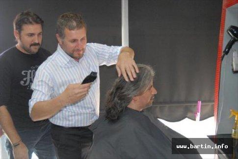 Seçim iddiasını kaybedince saçlarını kestirdi