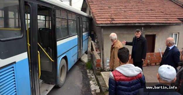 Tamir Edilirken Hareket Eden Otobüs 2 Araca ve Eve Çarptı