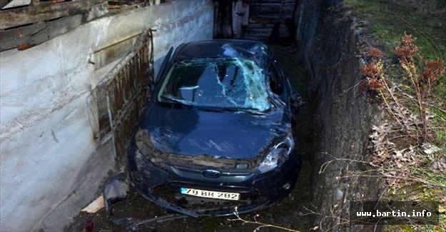 Yamaçtan Uçan Otomobil Ev İle Duvar Arasına Düştü: 2 Yaralı