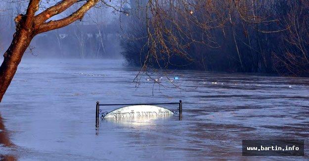 Irmak Yükseldi, Köprüler Kapandı, Tahliyeler Başladı