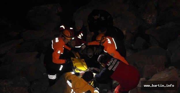 Ayağı kayalıklara sıkışan genç kurtarıldı