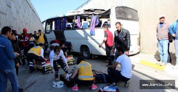 AVM Çalışanlarını Tşıyan Midibüs devrildi: 20 yaralı