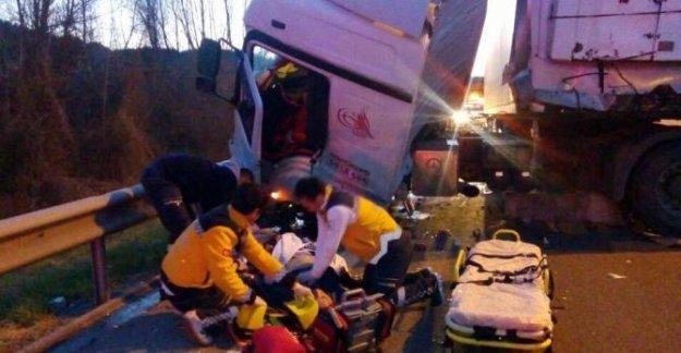 Kamyona ve bariyerlere çarpan TIR'ın sürücüsü öldü